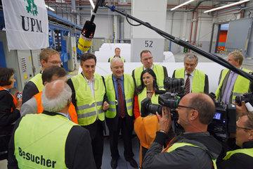 Doerpen  Deutschland  David McAllister und Bernd Busemann  beide CDU  bei einer Werksfuehrung bei Nordland Papier