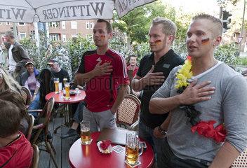 Fussball-Fans singen vor dem Spiel Ghana - Deutschland die Nationalhymne