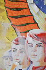 Gross Doelln  Deutschland  sozialistisches Wandbild mit Portraets junger Leute