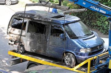 Brandanschlag auf zwei Autos Wiesenstrasse Hamburg  Abtransport der Wagen