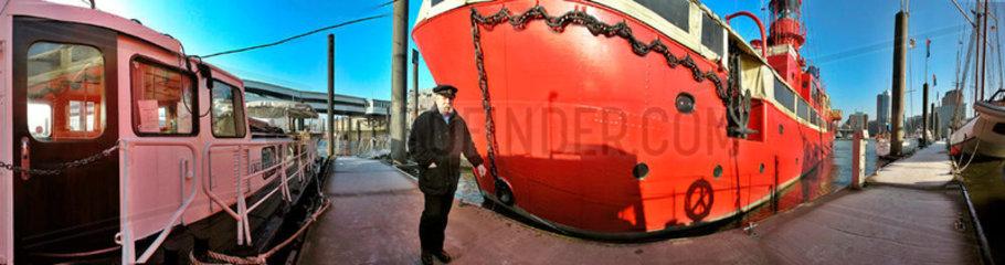 Seebaer vor Feuerschiff im Hamburger Hafen