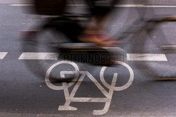 Berlin  Deutschland  ein Radfahrer auf dem Schutzstreifen