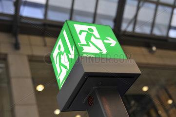 Notausgangs-Schild  beleuchtet  in Halle