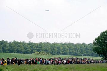 G8-Gipfel Heiligendamm: Hubschrauber ueberwacht Demonstrationszug