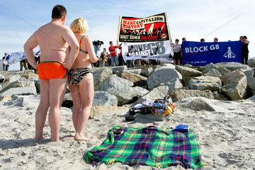 Badegaeste bestaunen Protest G8-Gipfel Heiligendamm