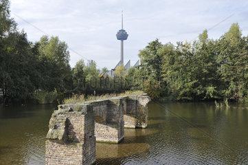 Teich im Mediapark Koeln  Blick zum Fernsehturm  ueber Brueckenreste