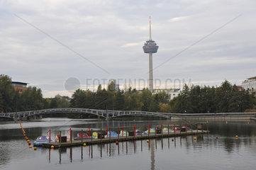 Blick ueber Teich im Mediapark Koeln zum Fernsehturm
