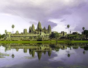 Aus dem 12. Jahrhundert stammt der Angkor Wat - groesster und bekanntester von ueber hundert Tempeln der alten Khmer - Hauptstadt Angkor.