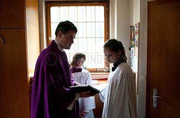 Bad Krozingen  Deutschland  Pfarrer und Ministranten bereiten sich auf eine Beerdigung vor