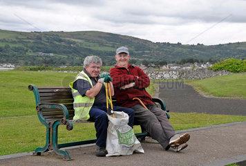 Zwei gutgelaunte Herren machen eine Pause