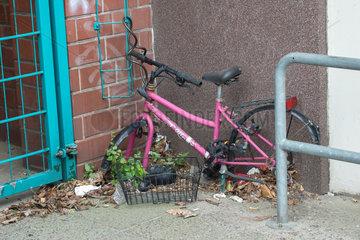 Berlin  Deutschland  Fahrradleiche in einer Hausecke