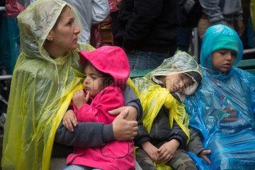 Berlin  Deutschland  Fluechtlinge warten vor dem Landesamt fuer Gesundheit und Soziales