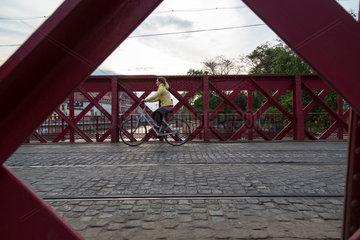 Breslau  Polen  Fahrradfahrerin auf der Piaskowy Bruecke