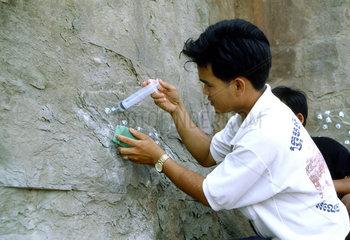 Viele Moertelrezepturen sind getestet worden  um die Hohlraeume im Sandstein zu fuellen. Je naturgetreuer die Fuellmasse im Inneren abbindet  desto besser und anhaltender die Stabilitaet der Oberflaeche.