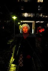 Frau nachts unterwegs