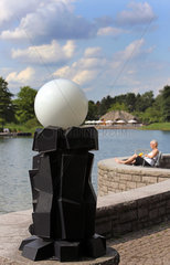 Berlin  Deutschland  Kunstvolle Lampe am See im Britzer Garten