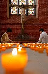 Friedensgottesdienst im Muenster von Bad Doberan: Kerzenandacht (eine Kerze fuer jedes taeglich sterbende Kind)