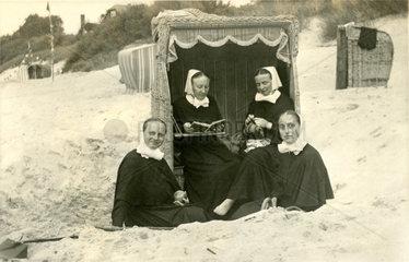 Nonnen im Strandkorb  1935