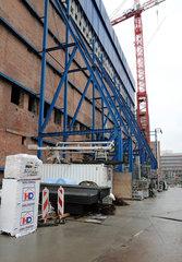 Elbphilharmonie Hamburg  Blaue A-Boecke an der Suedfassade des Kaispeicher A