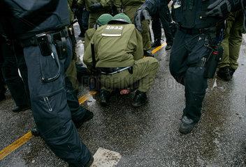 Demonstration gegen G8-Gipfel: Am Boden liegender Demonstrant wird festgenommen