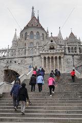 Budapest  Ungarn  Touristen besteigen die Treppen zur Matthiaskirche