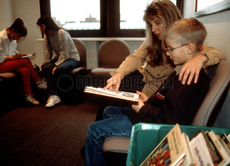 Kind beim Zahnarzt - Mutter mit Kind im Wartezimmer