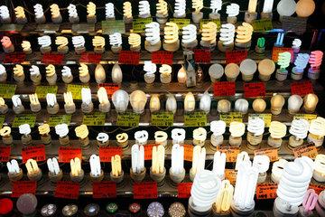 Hongkong  China  Stand mit Gluehbirnen und Energiesparlampen