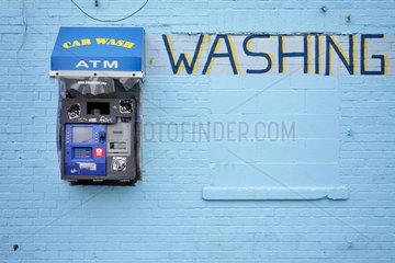 New York  USA  blaue Hauswand an einer Autowaschanlage