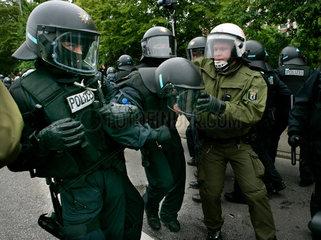 Demonstration gegen G8-Gipfel: Verletzter Polizist wird weggebracht