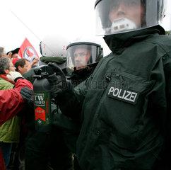 Demonstration gegen G8-Gipfel: Polizist mit Reizgas-Behaelter