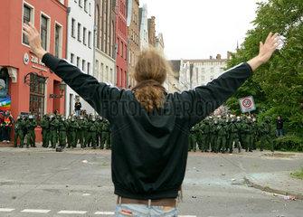 Demonstration gegen G8-Gipfel: Demonstrant will Polizeieinheit beruhigen