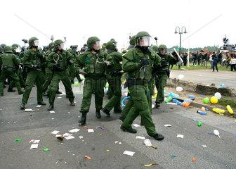 Demonstration gegen G8-Gipfel: Polizisten gehen gegen Steinewerfer vor