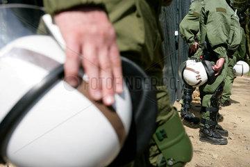Protest gegen G8-Gipfel Heiligendamm: Polizei bewacht den Sperrzaun
