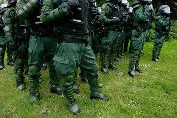 Demonstration gegen G8-Gipfel Heiligendamm: Polizisten in Bereitschaft