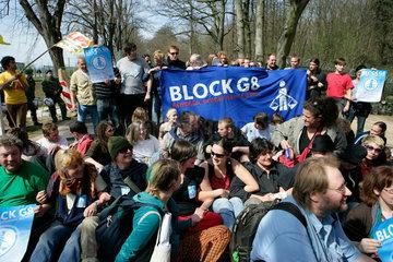 Protestmarsch gegen G8-Gipfel Heiligendamm: Strassenblockade Bad Doberan _ Heiligendamm