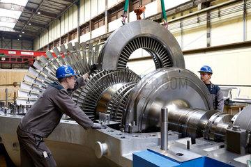 Oberhausen  Deutschland  Industriemechaniker arbeiten an einer Dampfturbine bei MAN Diesel & Turbo SE