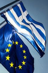 Berlin  Deutschland  Europaflagge und Flagge Griechenlands wehen im Wind