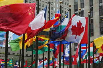 New York  USA  Nationalfahnen verschiedener Laender vor dem Rockefeller Center