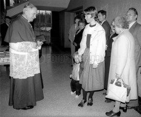 Ex-Erzbischof Marcel Lefebvre beim Besuch eines katholischem Jungeninternats derPriesterbruderschaft St. Pius X