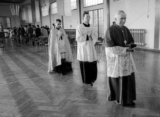 Ex-Erzbischof Marcel Lefebvre beim Besuch des katholischen Jungeninternats der Priesterbruderschaft St. Pius X