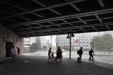 Berlin  Deutschland  Passanten stellen sich bei Regenschauer unter die Jannowitzbruecke