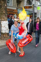 Berlin  Deutschland  verkleidete Menschen auf dem CSD