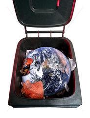 Muelltonne mit dem Planeten Erde