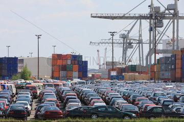 Hamburg  Deutschland  Container und Gebrauchtwagen im Hamburger Hafen