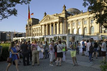 Berlin  Deutschland  Besucher vorm Reichstag