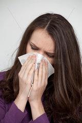 Bonn  Deutschland  Frau putzt sich die Nase