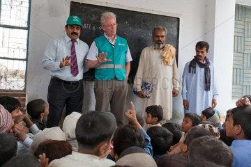 Chabakpur  Pakistan  Maenner der Hilfsorganisation ADRA in einer Dorfschule