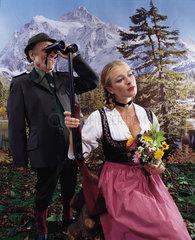 Hamburg  Deutschland  Foerster mit junger Frau im Dirndl