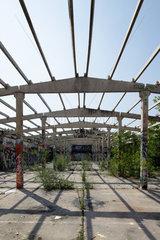 Berlin  Deutschland  Betonkonstruktion einer zerstoerten Halle