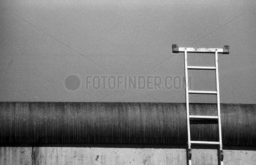 Berliner Mauer mit angelehnter Leiter